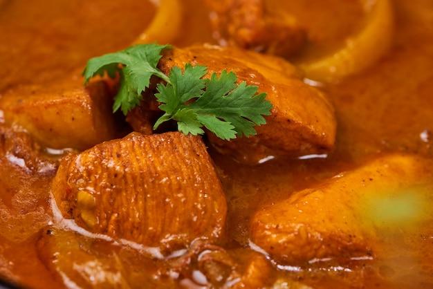 Curry de poulet délicieux fait maison avec du lait de coco et des espions