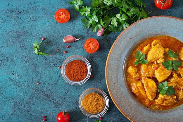 Curry avec poulet et oignons. cuisine indienne. cuisine asiatique. vue de dessus