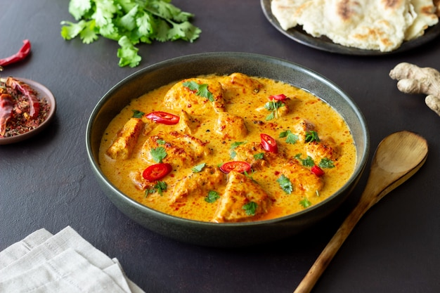 Curry de poulet tikka masala aux herbes et poivrons. cuisine indienne. cuisine nationale.