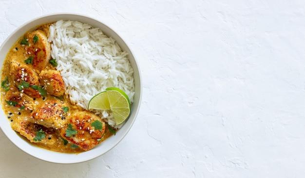 Curry de poulet tikka masala avec riz, herbes et poivrons. cuisine indienne. cuisine nationale.