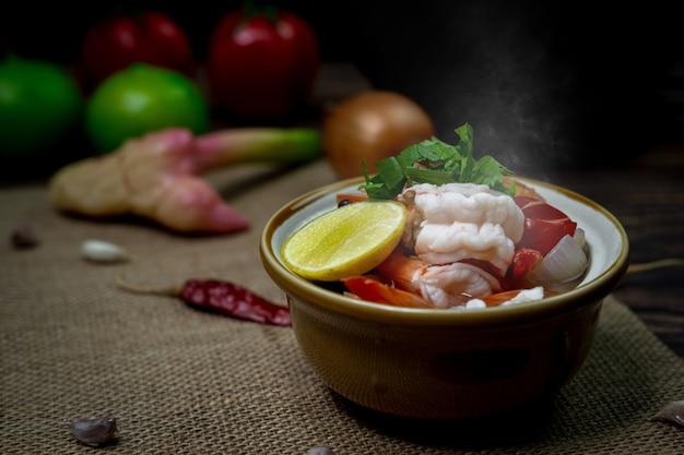 Curry thaïlandais épicé de photographie à faible luminosité appelé tom yum kung