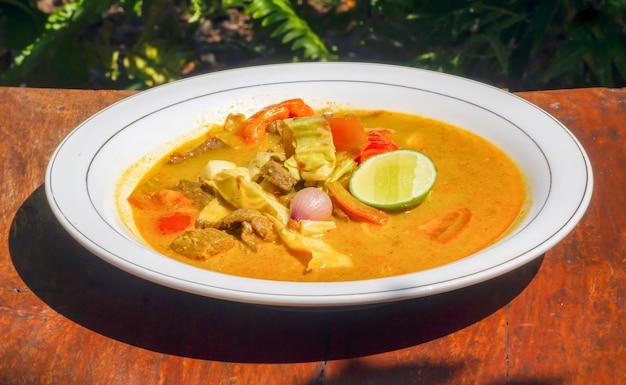 Curry de venaison sur une plaque blanche, cuisine traditionnelle servie dans un restaurant à gunung kidul, yogyakarta, indonésie.