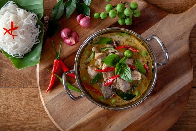 Curry vert au poulet sur fond de bois, cuisine thaïlandaise