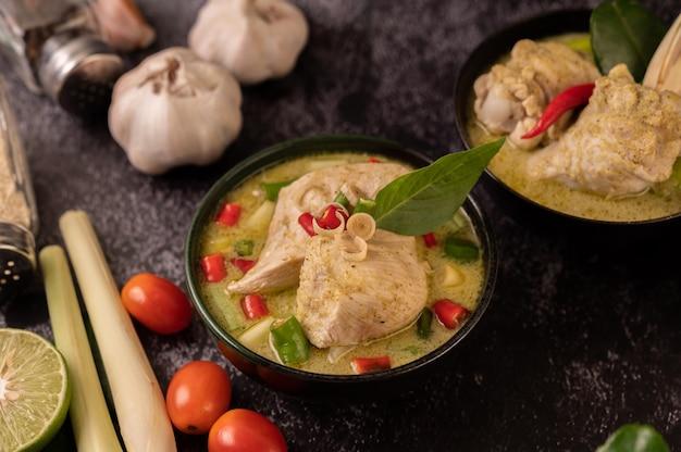 Curry vert à base de poulet, chili et basilic, avec tomate, citron vert, feuilles de lime kaffir et ail.