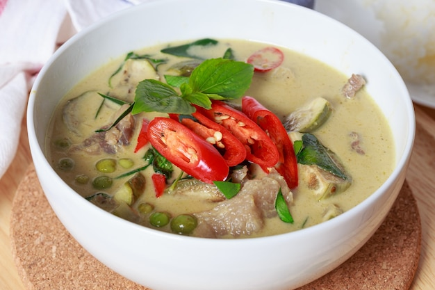 Curry vert, curry vert thaï au piment de boeuf et aubergine garni de piment frais tranché et de feuille de basilic