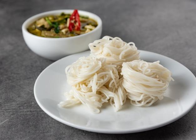Curry vert avec nouilles de riz, vermicelles de riz thaï, cuisine thaïlandaise