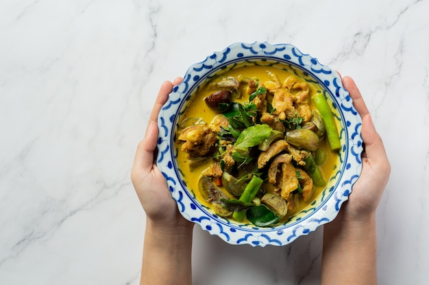 Curry vert de poulet de cuisine thaïlandaise sur fond de marbre