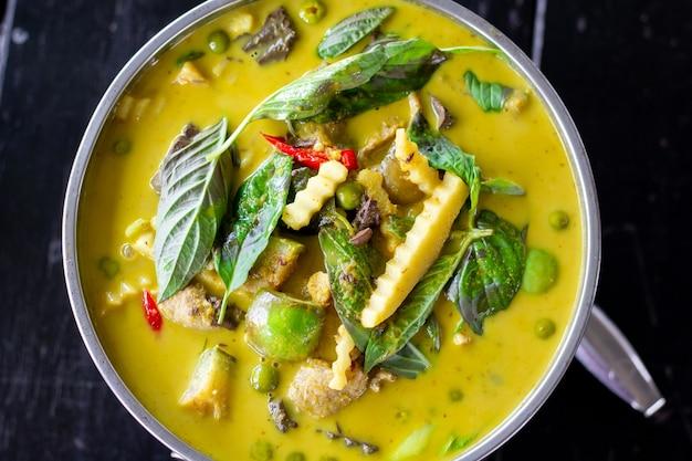 Curry vert de poulet de cuisine thaïlandaise sur la vue de dessus de fond en bois