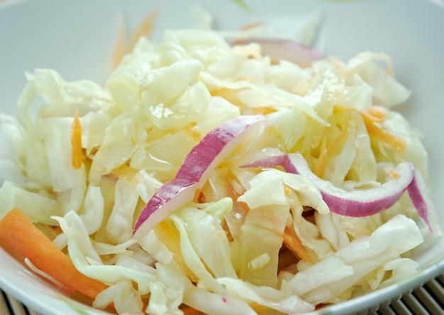 Curtido - relish de chou légèrement fermenté. typique de la cuisine salvadorienne et des pays d'amérique centrale.fabriqué avec du chou, des oignons, des carottes et parfois du jus de citron vert