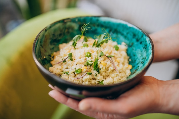Cuscus délicieux jaune dans une assiette