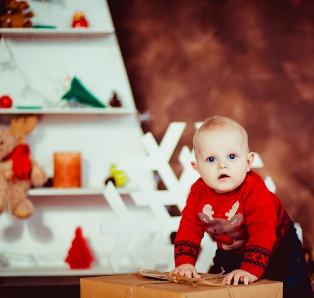 Cute little boy rire dans le studio new year