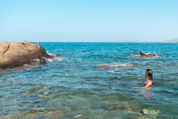 Cutie jeune fille s'amusant à l'heure d'été de la mer