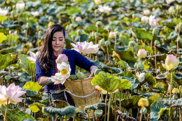 Cuture thaïlandaise de femmes asiatiques avec la robe traditionnelle de lotus.