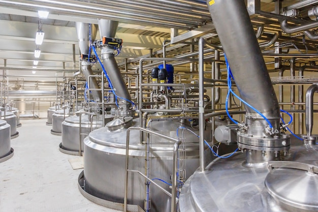 Cuve de mélange d'équipement pharmaceutique sur une ligne de production dans l'industrie pharmaceutique