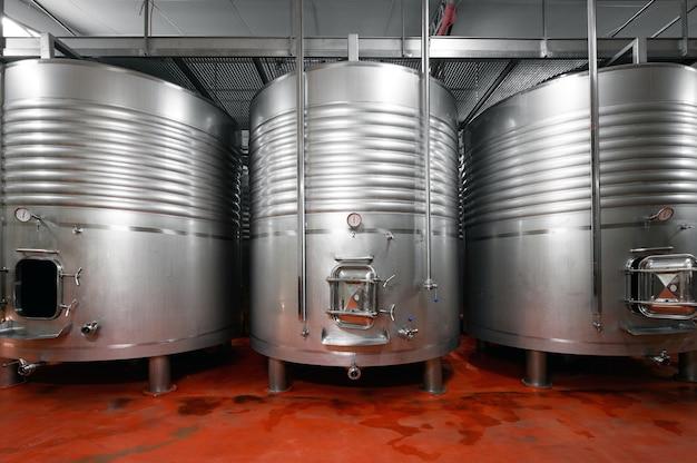 Cuves industrielles en acier inoxydable dans une brasserie moderne.