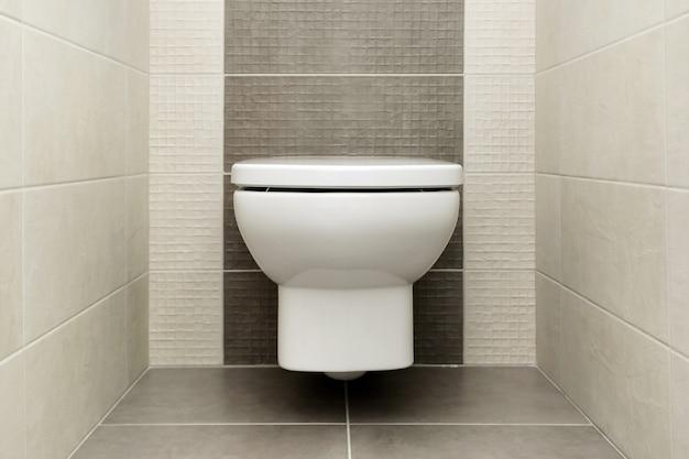 Cuvette blanche dans la salle de bains moderne