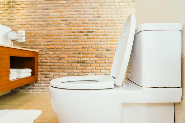 Cuvette et siège de toilette blancs