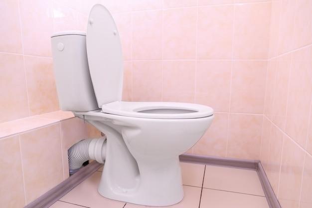 Cuvette de toilette blanche dans une salle de bain
