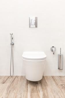 Cuvette de toilette dans une salle de bains moderne de style blanc