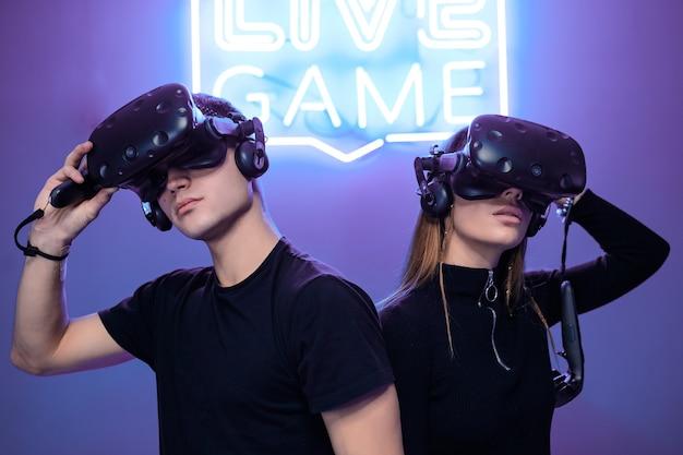 Cyber bataille dans la réalité vr. jouer dans une salle néon. photo de haute qualité
