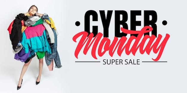 Cyber lundi, concept financier. femme accro aux soldes et aux vêtements. modèle féminin portant des vêtements trop colorés. mode, style, vendredi noir, vente, achats, argent, achat en ligne. flyer pour annonce.