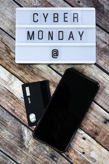 Cyber lundi mot écrit sur lightbox sur bois brun. mise à plat, vue de dessus.