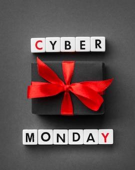 Cyber monday écrit avec des lettres de scrabble et des cadeaux