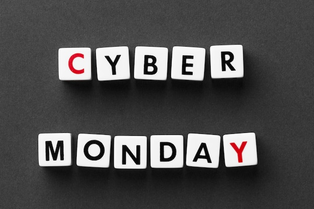 Cyber monday écrit avec des lettres de scrabble