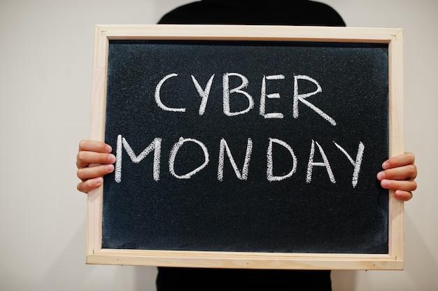 Cyber monday écrit sur tableau noir