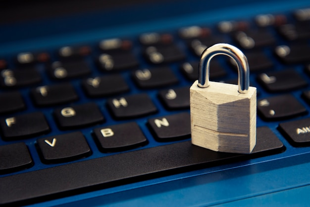 Cyber sécurité, cadenas sur clavier d'ordinateur portable. addiction à internet.