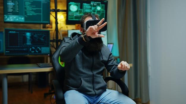 Cybercriminel utilisant des lunettes de réalité virtuelle pour voler son identité en ligne.
