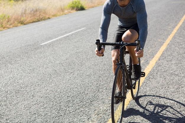 Cycle d'équitation athlète masculin