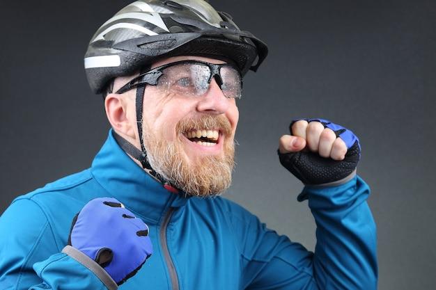 Un cycliste barbu se réjouit de la victoire