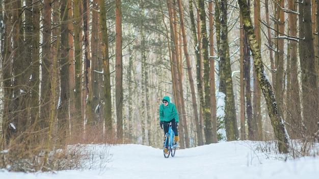 Cycliste dans la forêt enneigée