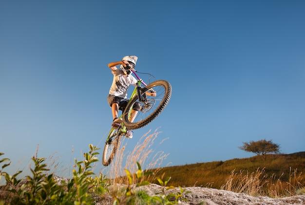 Cycliste descendant en vtt sur la colline