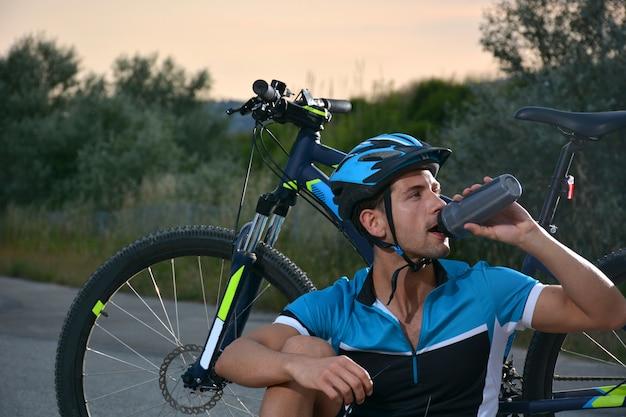 Cycliste faisant du vtt sur une route isolée