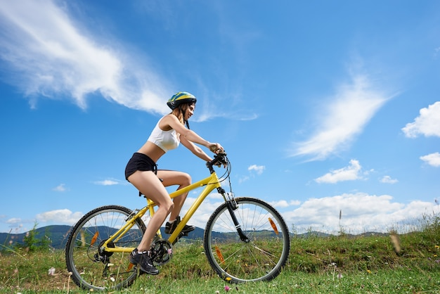 Cycliste femme à vélo dans les montagnes