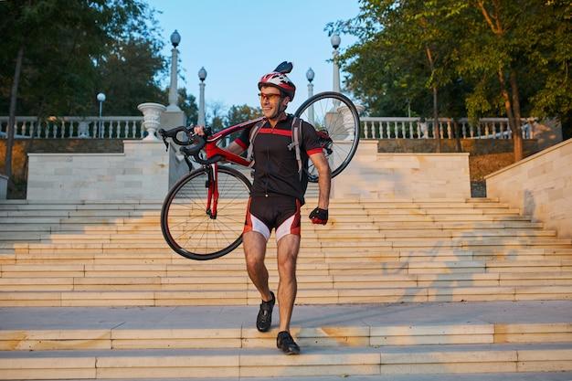 Cycliste jeune et énergique dans le parc