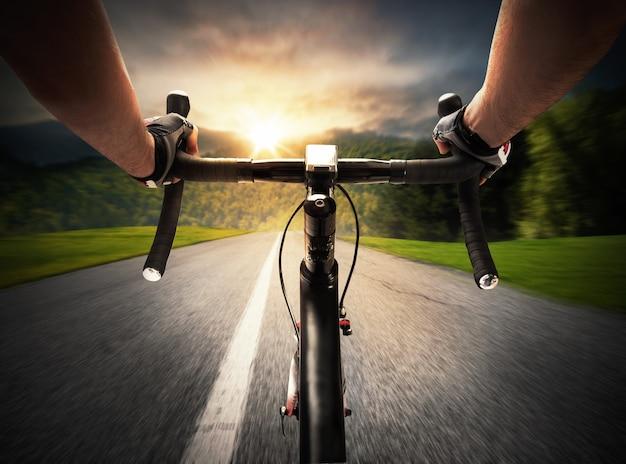 Cycliste pédalant dans une rue à la lumière du jour