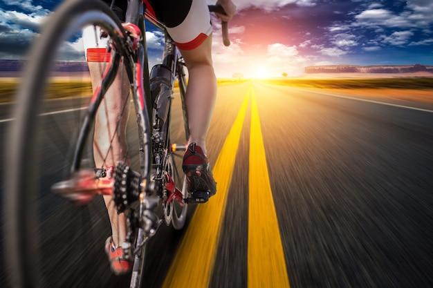 Cycliste sur piste cyclable, vue depuis la roue arrière