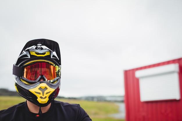 Cycliste portant un casque