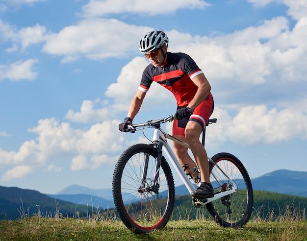 Cycliste à vélo dans les montagnes