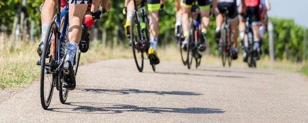 Les cyclistes dans une course de vélo