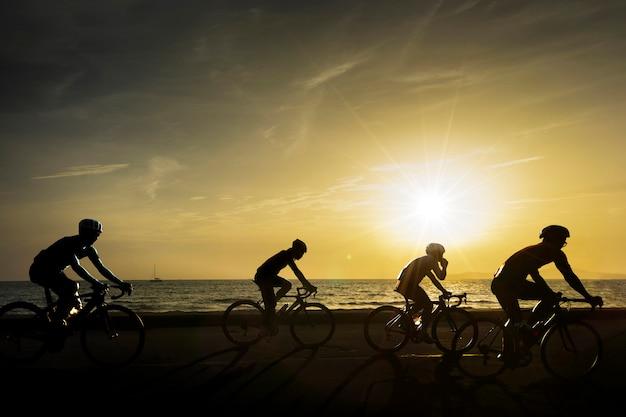 Les cyclistes roulent le long de la plage,