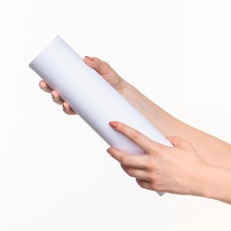 Cylindre femme mains sur blanc