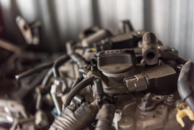 Cylindre de moteur sale de voiture démontée au garage