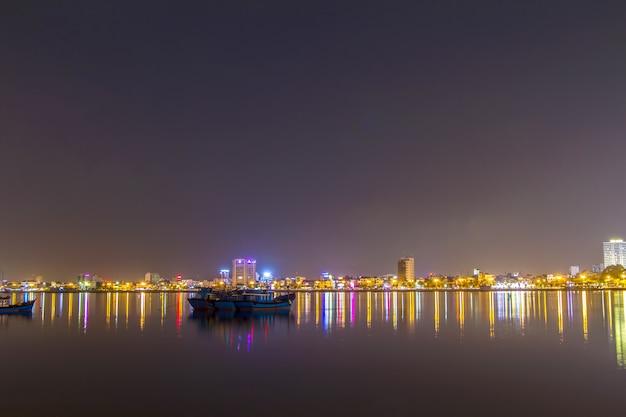 Da nang, belle et éclairage la nuit à, danang, vietnam