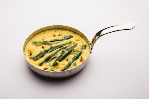 Dahi bhindi ou okra en sauce au yaourt, servi dans un bol ou karahi, mise au point sélective