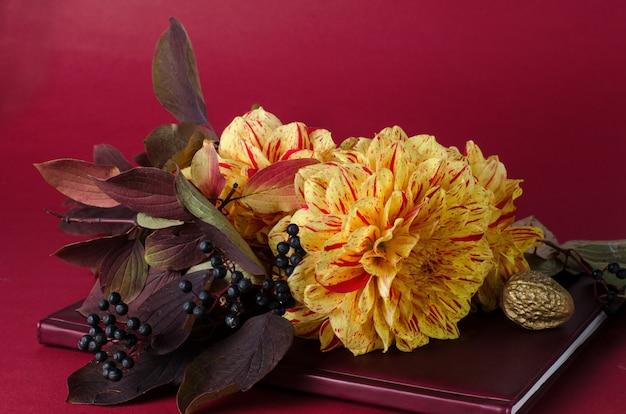 Dahlias jaune vif sur un cahier contre violet