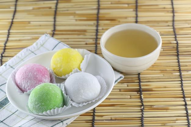 Daifuku de dessert japonais et thé chaud.